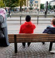 Arkivbild. Människor väntar på spårvagnen i Göteborgs centrum.  JESSICA GOW / TT / TT NYHETSBYRÅN