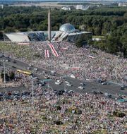 Protester i Minsk, söndagen den 16 augusti. Dmitri Lovetsky / TT NYHETSBYRÅN