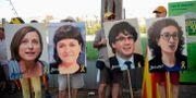 Arkivbild: Demonstranter håller upp plakat med bilder av några av de katalanska politikerna. JOSEP LAGO / AFP