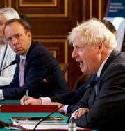 Boris Johnson på ett regeringssammanträde på tisdagen. I bakgrunden ministrarna Mat Hancock och Liz Truss. Jonathan Buckmaster / TT NYHETSBYRÅN
