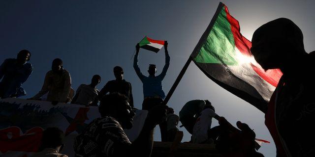 Folk firar ettårsminnet av protesterna som ledde till att Omar al-Bashir avsattes. TT NYHETSBYRÅN