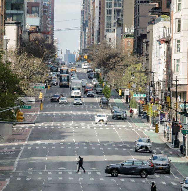 Pedestrians cross second avenue Thursday, April 16, 2020, in New York. Frank Franklin II / TT NYHETSBYRÅN