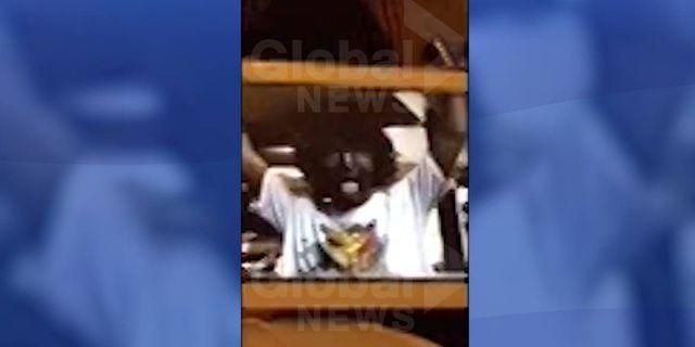 Skrämdump från videon. På bilden syns Justin Trudeau i mörk ansiktsfärg. Global News.