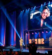 Helena Bergström pratar om Rikard Wolff på scen under QX-galan på Cirkus i Stockholm. Erik Simander/TT / TT NYHETSBYRÅN
