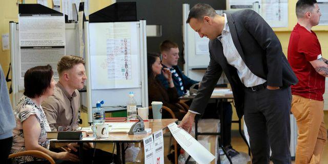 Premiärminister Leo Varadkar röstar.  Brian Lawless / TT NYHETSBYRÅN/ NTB Scanpix