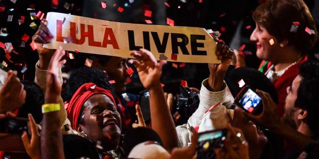 Lulas anhängare kräver att Lula ska friges.  NELSON ALMEIDA / AFP