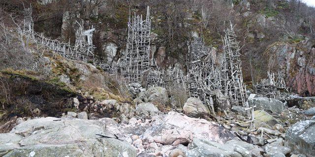 En brand förstörde delar av Lars Vilks omstridda konstverk Nimis vid Kullaberg i nordvästra Skåne. Björn Lindgren/TT / TT NYHETSBYRÅN