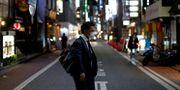 Man i ansiktsmask i Tokyo. ISSEI KATO / TT NYHETSBYRÅN
