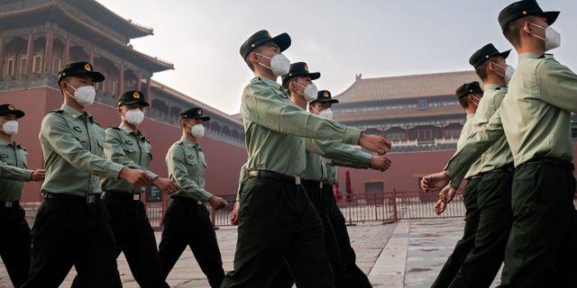 Kinesiska soldater utanför folkkongressen i Peking. NICOLAS ASFOURI / TT NYHETSBYRÅN