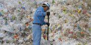 Man som jobbar med att sortera ut plastflaskor. Koji Sasahara / TT NYHETSBYRÅN/ NTB Scanpix