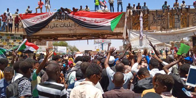 Demonstranter i närheten av militärens högkvarter i Khartoum.  AFP