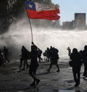 Protester i Santiago i fredags Esteban Felix / TT NYHETSBYRÅN