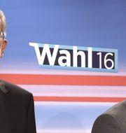 Alexander Van der Bellen och Norbert Hofer i tv-studio på söndagen. HELMUT FOHRINGER / AFP