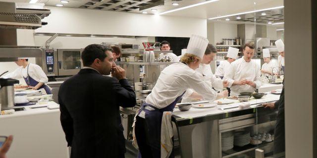 Stor koncentration råder i köket på den trestjärnig Michelinkrogen French Laundry i  Yountville utanför San Francisco. Eric Risberg/TT NYHETSBYRÅN
