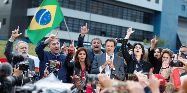 Bild från tisdagen. Fernando Haddad utanför polishuset där Lula sitter fängslad. Rodolfo Buhrer / TT NYHETSBYRÅN