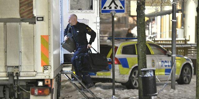 Polisen arbetar på platsen.  Claudio Bresciani/TT / TT NYHETSBYRÅN