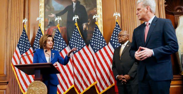 """Representanthusets talman, demokraten Nancy Pelosi, tillsammans med Demokraternas """"inpiskare"""" James Clyburn och minoritetsledaren, republikanen Kevin McCarthy. Andrew Harnik / TT NYHETSBYRÅN"""