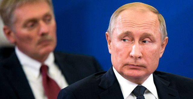 Kremls talesperson Dmitrij Peskov och Rysslands president Vladimir Putin. Alexei Druzhinin / TT NYHETSBYRÅN