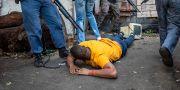 Man misstänkt för plundring grips av polis i Johannesburg. TT NYHETSBYRÅN