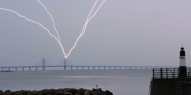 Blixten slår ner i den ena pylonen på Öresundsbron. Johan Nilsson/TT / TT NYHETSBYRÅN