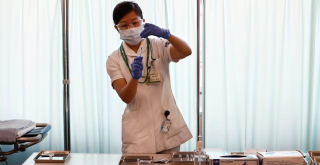 En sjuksköterska förbereder en vaccindos i Tokyo.  Behrouz Mehr / TT NYHETSBYRÅN