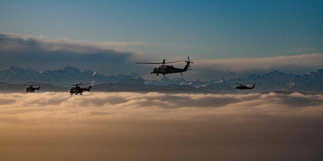 En helikopter med USA:s president Donald Trump ovanför Alperna vid Davos, Schweiz. JIM WATSON / AFP
