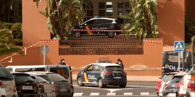Polisbilar utanför hotell H10 Costa Adeje på Teneriffa. TT NYHETSBYRÅN