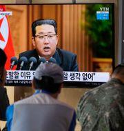 Kim Jong-Un på en tv-skärm i Seoul. Ahn Young-joon / TT NYHETSBYRÅN