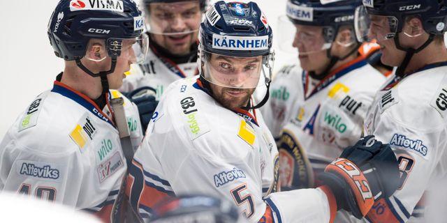 Växjös Noah Welch har gjort 0-4 och kramas om under lördagens ishockeymatch i SHL. Björn Lindgren/TT / TT NYHETSBYRÅN