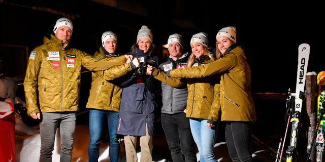 Sveriges lag. Frv: André Myhrer, Kristoffer Jakobsen, Anna Swenn-Larsson, Mattias Hargin, Frida Hansdotter och Charlotta Säfvenberg Anders Wiklund/TT / TT NYHETSBYRÅN