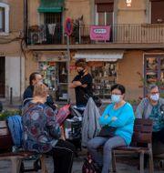 Personer med munskydd i Spanien. Emilio Morenatti / TT NYHETSBYRÅN