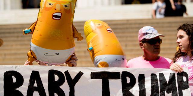 Protester mot Donald Trumps nationaldagsfirande. Andrew Harnik / TT NYHETSBYRÅN/ NTB Scanpix
