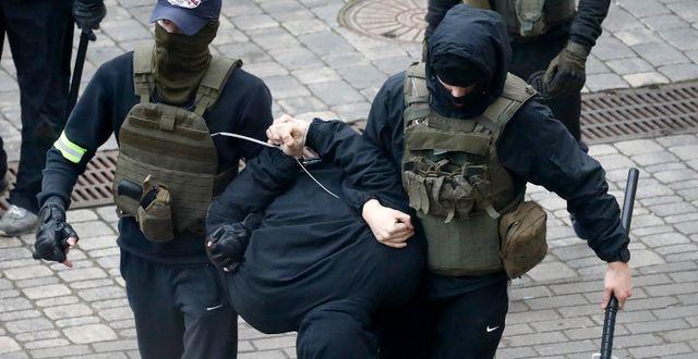 Bild från ett gripande i Minsk. TT NYHETSBYRÅN