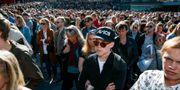 """Flera hundra människor samlades på Sergels torg i Stockholm på lördagen för en offentlig minnesstund med anledning av Tim """"Avicii"""" Berglings död. Fredrik Persson/TT / TT NYHETSBYRÅN"""