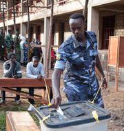 En polis i Burundi lägger sin röst. Berthier Mugiraneza / TT / NTB Scanpix