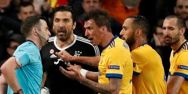 Buffon (tvåa från vänster) skäller ut domaren Michael Oliver. Paul Hanna / TT NYHETSBYRÅN