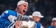 Finlands målvakt Kevin Lankinen firar med VM-bucklan. JOEL MARKLUND / BILDBYRÅN
