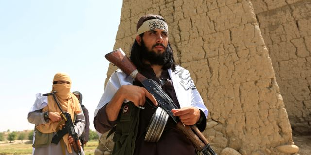 Talibaner som firade den tillfälliga vapenvilan under lördagen.  PARWIZ / TT NYHETSBYRÅN