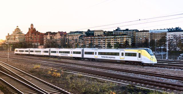 Den som vill unna sig en bra start på resan gör klokt i att åka med Arlanda express. Tåget går raka vägen mellan Stockholm City och Arlanda och tar endast 18 minuter. Johan Annerfelt