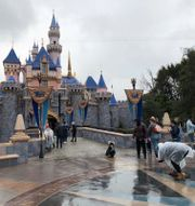 Arkivbild: Besökare utanför Disneyland i kaliforniska Anaheim i början av pandemin, 13 mars 2020.  Amy Taxin / TT NYHETSBYRÅN