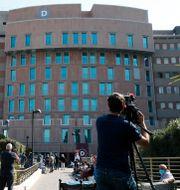 Berlusconi vårdas på San Raffaele-sjukhuset i Milano. Antonio Calanni / TT NYHETSBYRÅN