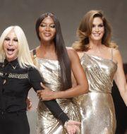Claudia Shiffer, Donatella Versace, Naomi Campbell, Cindy Crawford och Helena Christensen. Luca Bruno / TT NYHETSBYRÅN/ NTB Scanpix