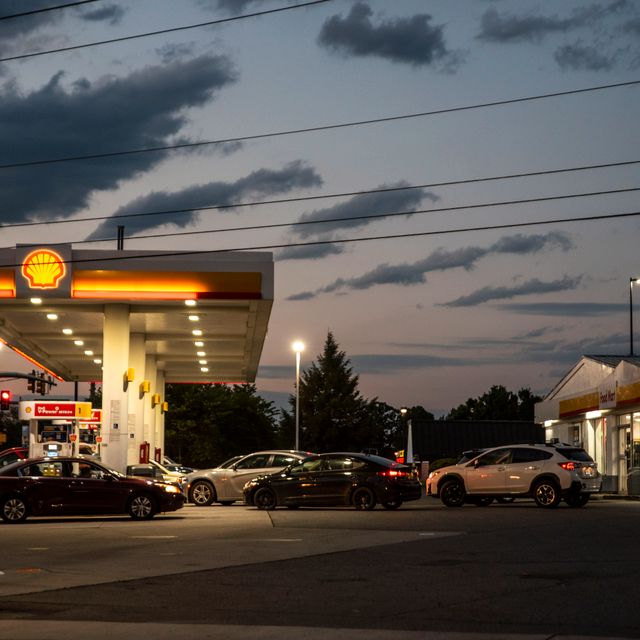 Drivers line up for fuel at a Shell Gas Station on Old Forest Road in Lynchburg, Va., Tuesday, May 11, 2021. More than 1,000 gas stations in the Southeast reported running out of fuel, primarily because of what analysts say is unwarranted panic-buying among drivers, as the shutdown of a major pipeline by hackers entered its fifth day. In response, Virginia Gov. Ralph Northam declared a state of emergency. Kendall Warner / TT NYHETSBYRÅN