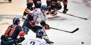 Linköpings Ken Andre Olimb (40, mitten) med pucken under söndagens kvartsfinal 1 i bäst av 7 mellan Djurgårdens IF och Linköping HC i SM-slutspelet i ishockey i Hovet i Stockholm. Janerik Henriksson/TT / TT NYHETSBYRÅN