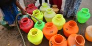 Vatten fylls i plastbunkar till människor i Indien. Arkivbild. Aijaz Rahi / TT / NTB Scanpix