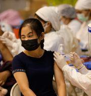 På ett vaccinationscenter i Phuket användes Sinovac-vaccinet, som Thailand importerat för att få upp tempot i vaccinationerna Sakchai Lalit / TT NYHETSBYRÅN