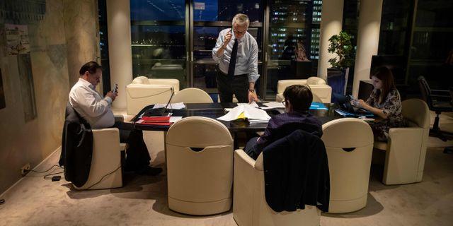 Frankrikes finansminister talar i telefon under en paus i samband med ett EU-möte i veckan. THOMAS SAMSON / TT NYHETSBYRÅN
