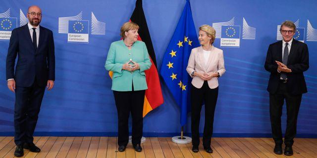 EU-topparna Charles Michel (till vänster) och Ursula von der Leyen (tvåa från höger). Här tillsammans med Angela Merkel och EU-parlamentets ordförande David Sassoli. Stephanie Lecocq / TT NYHETSBYRÅN