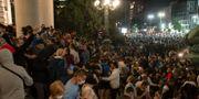 Protester utanför parlamentet i Begrad igår kväll. Marko Drobnjakovic / TT NYHETSBYRÅN