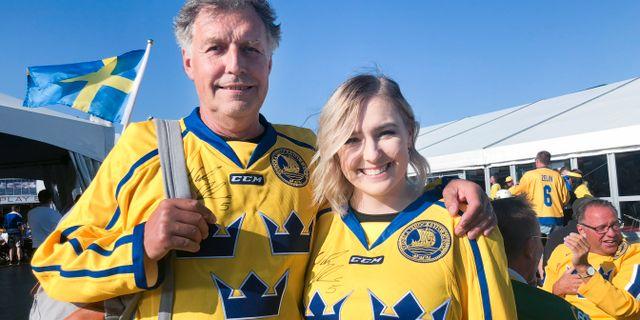 Håkan Eliasson, Göteborg, bjöds med till VM-finalen mellan Sverige och Schweiz efter att dottern Malin Eliasson, Stockholm, vunnit biljetter i TV3:s sändning. Daniel Kihlström/TT / TT NYHETSBYRÅN